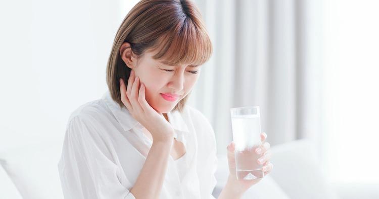 Làm Cầu Răng Sứ Bị Hở Dắt Thức Ăn Phải Làm Sao? - ảnh 6